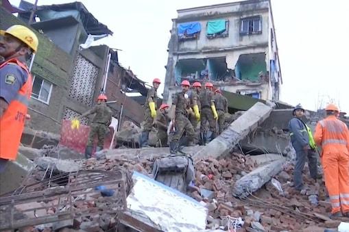 रेस्क्यू ऑपरेशन में जुटे बचावकर्मियों को आशंका है कि इमारत के मलबे में अभी भी पांच लोग फंसे हो सकते हैं. जानकारी के अनुसार इमारत का निर्माण आठ साल पहले अवैध रूप से हुआ था.