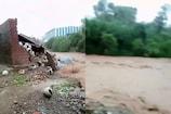 VIDEO: सोलन में नाले का जलस्तर बढ़ा, हेलमेट का गोदाम बहा