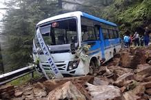 PHOTOS: शिमला के कुफरी चलती बस पर हुआ लैंडस्लाइड