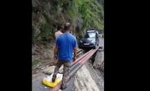 OMG!टूटी सड़क पर पाइपों के जरिये गुजारी कार, वायरल हुआ VIDEO