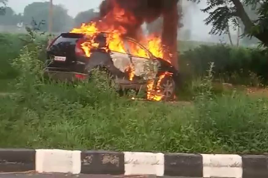 फतेहाबाद के बड़ोपल धांगड़ गांव के पास एनएच-9 पर अचानक नील गाय सामने आने से एक लग्जरी कार असंतुलित होकर पेड़ से जा टकराई. पेड़ से टकराने के बाद कार में अचानक आग लग गई.