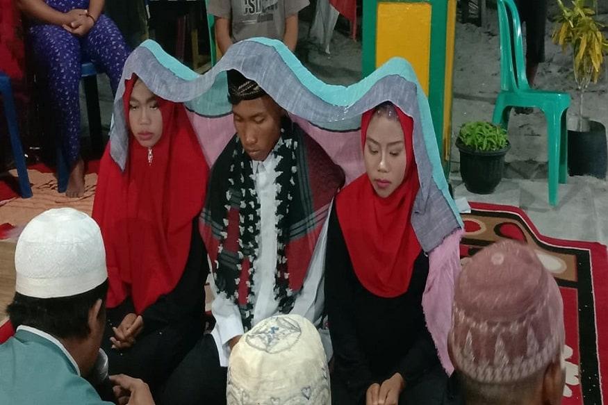 इंडोनेशिया (Indonesia) के शख्स ने एक ही फंक्शन में अपनी दो गर्लफ्रेंड्स से साथ शादी की. इस शादी का वीडियो और तस्वीर जब सोशल मीडिया पर सामने आया तो यह वायरल हो गया.