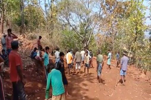 ग्रामीणों ने बार-बार सड़क बनाने की मांग की,लेकिन अधिकारियों ने उनकी बात नहीं सुनी.