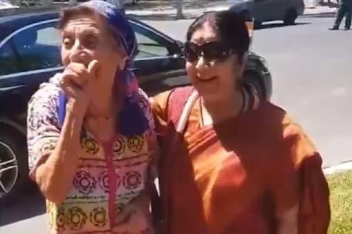 उज़्बेकी महिला के साथ सुषमा स्वराज.