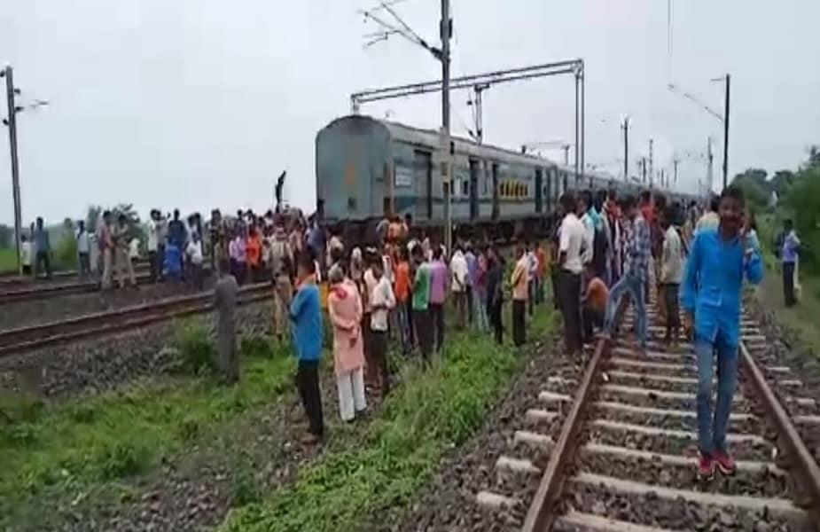 उत्तर प्रदेश के गोरखपुर से महाराष्ट्र के लोकमान्य तिलक टर्मिनल जा रही गोरखपुर-लोकमान्य तिलक टर्मिनल एक्सप्रेस इंजन शनिवार दोपहर सवा दो बजे मध्य प्रदेश के पवई रेलवे स्टेशन से पहले डिब्बों को छोड़कर एक किमी दूरी तक चला गया. फिलहाल, हादसे में कोई हताहत नहीं हुआ है.