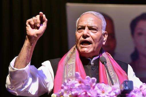 यशवंत सिन्हा ने नरेंद्र मोदी सरकार के इस कदम से कश्मीरियों के और अलग-थलग पड़ने की आशंका जताई.