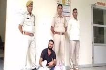 पुलिस के हत्थे चढ़ा इनामी बदमाश, अवैध शराब और देसी कट्टा बरामद