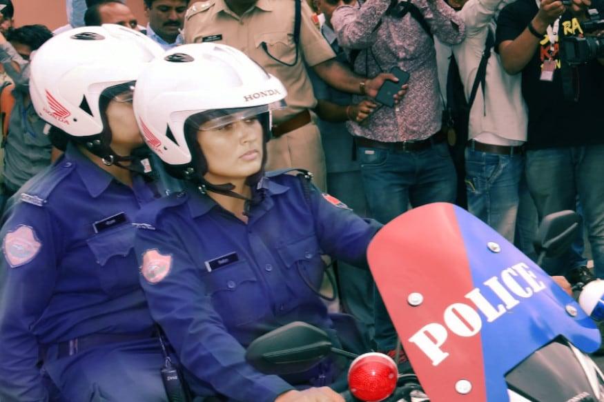 जयपुर. मुख्यमंत्री अशोक गहलोत (cm ashok ghelot) ने मंगलवार को अपने आवास से निर्भया स्क्वॉड (Nirbhaya Squad) में शामिल महिला पुलिसकर्मियों को नई मोटरसाइकिलों (Honda Motorcycles)के साथहरी झंडी दिखाकर रवाना (Flagged off) किया. इस स्क्वॉड में शामिल नीली वर्दी पहने महिला पुलिसकर्मी मार्शल आर्ट्स में स्पेशल ट्रेंड हैं और जयपुर शहर के स्कूल, कॉलेज, मॉल्स, सार्वजनिक पार्क, बस स्टॉप जैसे चिन्हित स्थानों पर महिलाओं एवं बालिकाओं विशेषकर छात्राओं से छेड़छाड़ की घटनाओं को रोकने तथा उन्हें सुरक्षा प्रदान करने का कार्य करेंगी. होंडा टू व्हीलर्स की ओर से सीएसआर के तहत ऐसी करीब 50 मोटरसाइकिलें जयपुर पुलिस को उपलब्ध करवाई गई हैं. अगली स्लाइड्स में तस्वीरों के साथ पढ़ें, और अधिक जानकारी