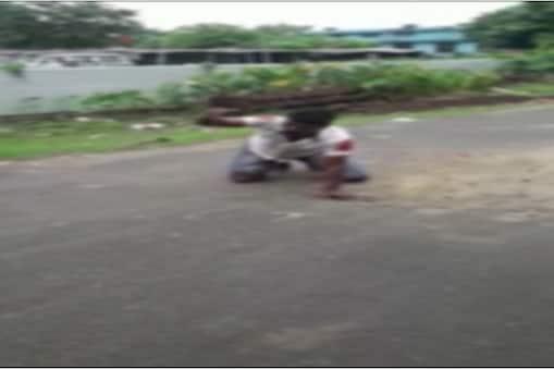 बेतिया में सड़क पर लोगों से मदद की गुहार लगाता युवक