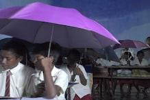 ...यहां सरकारी स्कूल में छत के नीचे छाता लगाकर बैठते हैं बच्चे