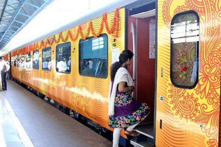 IRCTC के मुताबिक दिल्ली-लखनऊ तेजस एक्सप्रेस के यात्रियों को मुफ्त में 25 लाख रुपये का रेल यात्रा बीमा मिलेगा. वहीं, यात्रा के दौरान चोरी या डकैती होने पर यात्रियों को 1 लाख रुपये का यात्रा बीमा देने की भी तैयारी है.