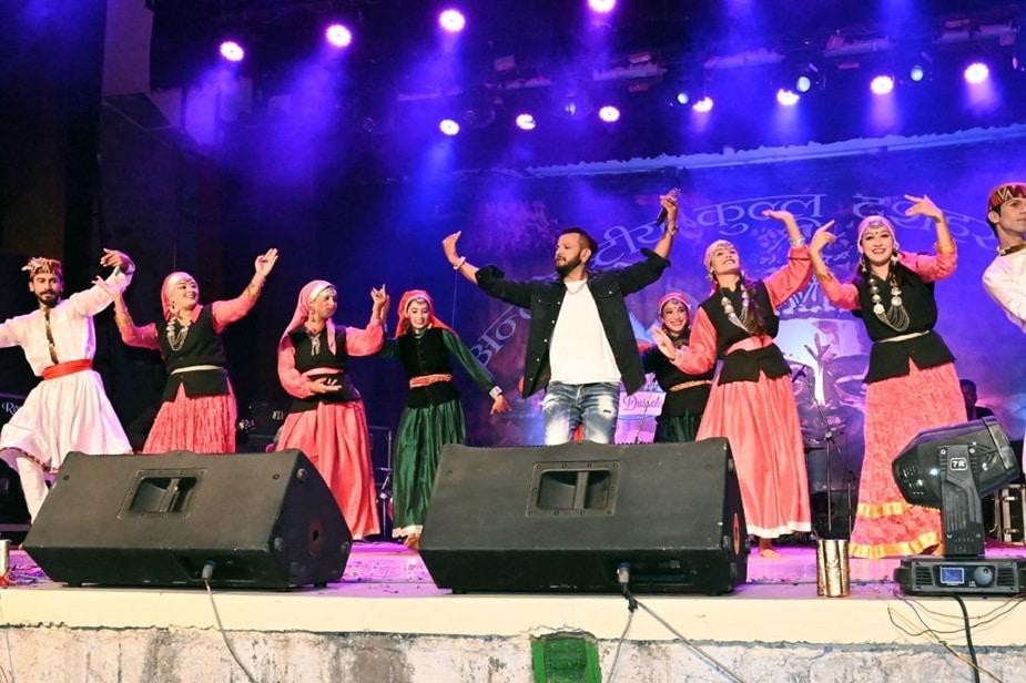 कुल्लू. हिमाचल प्रदेश के कुल्लू जिले में अंतर्राष्ट्रीय दशहरा उत्सव सोमवार को खत्म हो गया. दशहरा उत्सव की अंतिम सांस्कृतिक संध्या पहाड़ी नाइट नाटी किंग कुलदीप शर्मा के नाम रही.