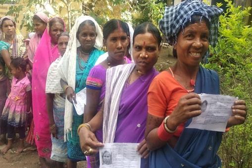 निवार्चन आयोग का दावा है कि चित्रकोट उपचुनाव में मतदान केन्द्रों में मतदाताओं की लंबी कतारें देखी जा रही है.