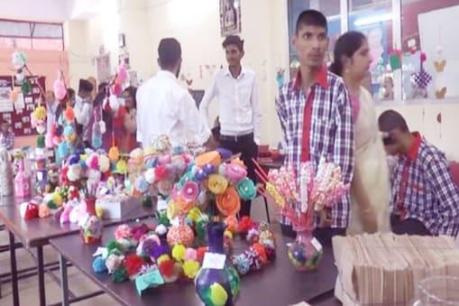 नाहन के आस्था स्कूल में दिव्यांग बच्चों द्वारा बनाई गई विभिन्न प्रकार के उत्पादों की प्रदर्शनी लगाई गई है.