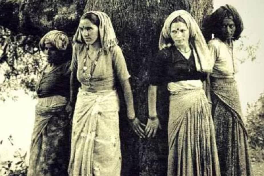 चिपको आंदोलन : उत्तराखंड के टिहरी गढ़वाल और चमोली में 1973 में यह ऐतिहासिक आंदोलन शुरू हुआ था. आंदोलन की प्रमुख मांग थी कि जंगल के पेड़ों और संसाधनों का मुनाफा स्थानीय लोगों के हक में होना चाहिए. इस आंदोलन में कई बड़े नेता शामिल रहे लेकिन सुंदरलाल बहुगुणा, गौरा देवी और सुदेशा देवी की भूमिका महत्वपूर्ण मानी गई. बहुगुणा पेड़ों और जंगलों को लेकर पर्यावरण से जुड़ी जागरूकता फैलाया करते थे. नतीजा ये था कि लोग पेड़ों को गले लगाने लगे थे और पेड़ों पर पवित्र धागे बांधने लगे थे, ताकि उन्हें कटने से बचाया जा सके. इस विशिष्टता ने इस आंदोलन को दुनिया भर में शोहरत दिलाई. 1978 में सरकार ने ग्रामीणों के पक्ष में फैसला किया.