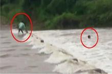 डूंगरपुर में भारी बारिश: दो युवक बाइक समेत पानी में बहे, ग्रामीणों ने बचाया