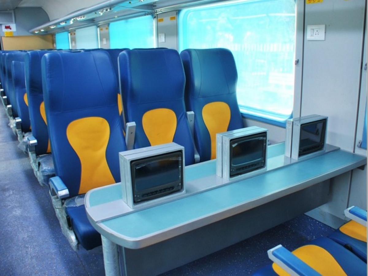 तेजस एक्सप्रेस में यात्रियों को सीट के ऊपर फ्लैश लाइट, ऑटोमेटिक डोर, अटेंडेंट बटन, गैंगवे पर हाई डेफिनेशन कैमरे जैसी सुविधाएं दी गई हैं.