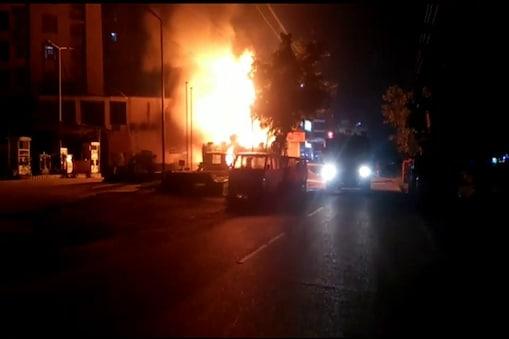 पटना के पेट्रोल पंप में लगी आग के बाद जलता टैंकर