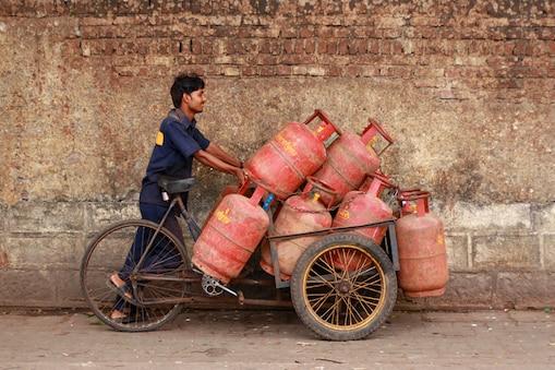 गैस सिलेंडर की कीमतों में इजाफा हुआ है. (फाइल फोटो)