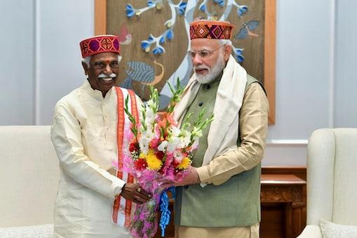 हिमाचल के राज्यपाल बंडारू दत्तात्रेय के साथ मुलाकात के दौरान पीएम नरेंद्र मोदी.