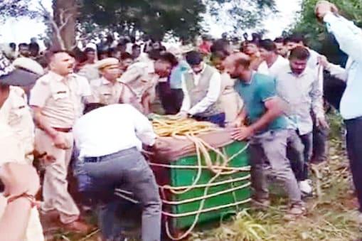 प्रतापगढ़ जिले के केसरपुरा गांव में कुएं से पैंथर को निकालते हुए वन विभाग कर्मी, पुलिस कर्मी और ग्रामीण