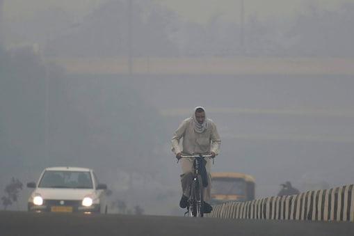 मौसम का पूर्वानुमान लगाने वाली संस्था स्काईमेट ने पहले ही बताया था कि हिमालय के क्षेत्र में कम दबाव के चलते हवाओं के वेग पर खासा असर पड़ेगा, जिसके चलते दिल्ली एनसीआर क्षेत्र में प्रदूषण के स्तर में बढ़ाेतरी देखी जाएगी. (फाइल फोटो)