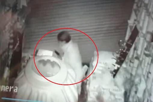 पलवल में दुकान के शटर का ताला तोड़ते सीसीटीवी में कैद हुआ चोर
