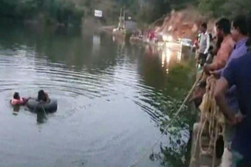 तलाब से शवों और डूबी कार को निकालने में जुटी पुलिस