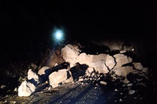 मनाली-चंडीगढ़ एनएच पर औट के पास मलबा गिरने से यातायात दो बार बाधित हुआ.