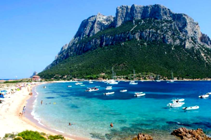दुनिया की बड़ी सल्तनतों के बारे में तो खूब सुना होगा लेकिन क्या आप जानते हैं कि सबसे छोटी सल्तनत (kingdom) कौन सी है? इटली के सार्डीनिया प्रांत के पास बना एक छोटा सा द्वीप किंगडम ऑफ टवोलारा (Kingdom of Tavolara) सबसे छोटी बादशाहत है, जिसमें 11 लोग रहते हैं. यहां एक राजा भी है Antonio Bertoleoni, जो इस द्वीप का इकलौता रेस्त्रां चलाता है.