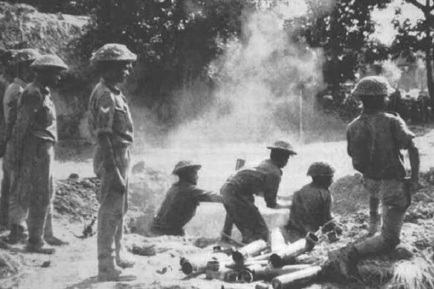 03 दिसंबर की शाम जब पाकिस्र्तान की वायुसेना के भारत की कुछ हवाई पट्टियों पर हमला किया तो इसके तुरंत बाद भारत ने युद्ध की घोषणा कर दी. भारतीय फौजों ने इसका जवाब दो मोर्चों पर हमला करके दिया. रात में भारतीय नेवी ने जहां कराची का पाकिस्तान का नेवी मुख्यालय नष्ट कर दिया तो भारतीय सेना रणनीति के साथ बांग्लादेश की सीमा में घुसी. लगभग 15 हजार किलोमीटर के दायरे को अपने कब्जे में ले लिया. इस हमले से पूर्वी पाकिस्तान में मौजूद दुश्मन देश की सेना हतप्रभ रह गई. दोनों देशों के बीच लड़ाई में लगभग 4 हजार सैनिक मारे गए.