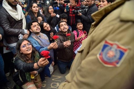 नई दिल्ली में प्रदर्शनकारियों ने पुलिसकर्मियों को लाल गुलाब दिए.