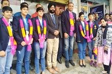 नेपाल से हैंडबॉल में गोल्ड जीत लौटी बेटियां, हिमाचली खिलाड़ियों का हुआ स्वागत