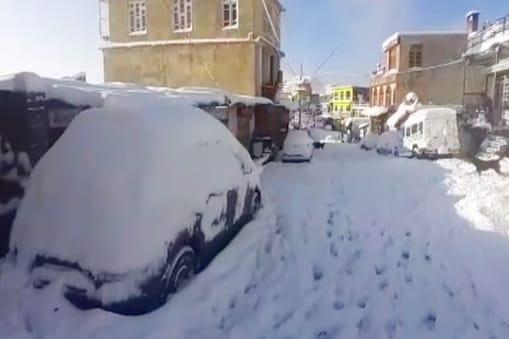 सिरमौर जिले के ऊपरी इलाके में भारी हिमपात हुआ है.