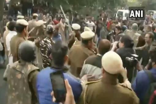 दिल्ली में फीस बढ़ोतरी को लेकर प्रदर्शन कर रहे JNU छात्रों पर पुलिस का लाठीचार्ज