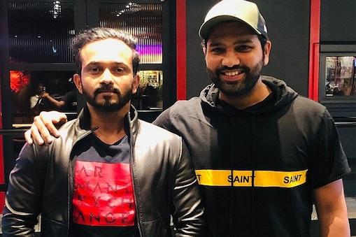 केदार जाधव और रोहित शर्मा मैदान के बाहर भी बहुत अच्छे दोस्त माने जाते हैं. (फाइल फोटो)