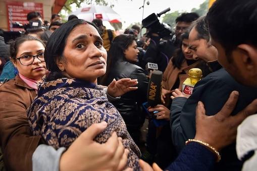 'निर्भया' की मां आशा देवी चारों दोषियों को फांसी देने में हो रही देरी से काफी दुखी हैं (फाइल फोटो)