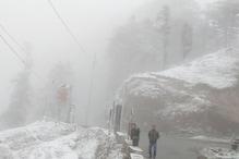 PHOTOS: पर्यटन स्थल चकराता के पास लगातार हो रही बर्फबारी से बढ़ी ठंड