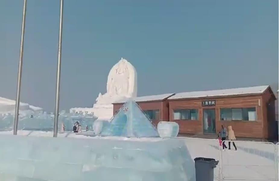कलाकारों की इन बर्फीली कलाकृतियों के बीच विश्व को शांति का संदेश देते बुद्ध भी हैं.