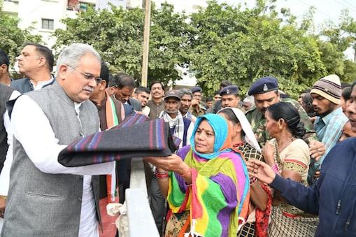 मुख्यमंत्री भूपेश बघेल ने मजदूरों को कंबल बांटे.