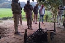 महिला की हत्या कर लाश को चारपाई से बांधकर जलाया, पुलिस ने DNA सैंपल लेकर रखा