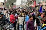 CAA Protest: एक हाथ में तिरंगा और दूसरे हाथ में काला झंडा लेकर किया प्रदर्शन
