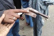 कट्टे के साथ 3 अपराधियों को लोगों ने पकड़ा, पुलिस की देरी पर लोगों का हंगामा