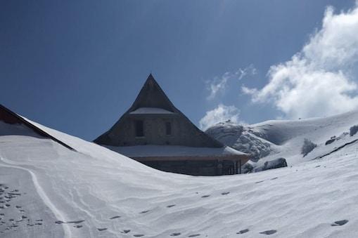 चूड़धार में अब तक 14 फुट से भी अधिक बर्फ गिर चुकी है. भारी बर्फबारी के कारण चूड़धार मंदिर की एक मंजिल पूरी तरह से बर्फ में अट चुकी है.