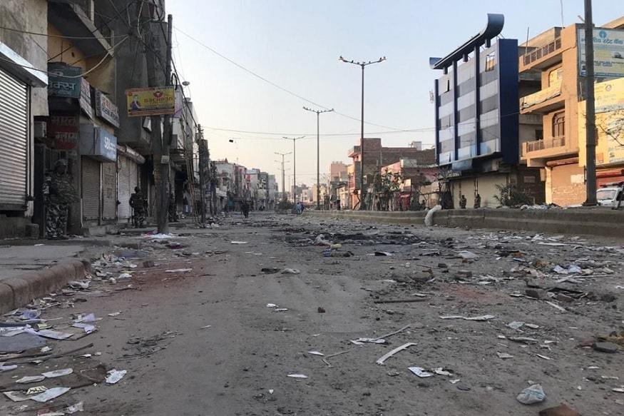 खजूरी खास इलाके में सड़क पर पत्थरों और टूटे-फूटे सामान को देख कर साफ नजर आ रहा है कि बीते मंगलवार को दंगाइयों ने किस तरह से तांडव मचाया.
