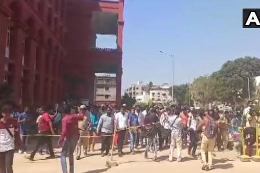 छात्रों की रिहाई के विरोध में दक्षिणपंथी संगठनों के कुछ सदस्यों ने रविवार को पुलिस थाने के बाहर प्रदर्शन किया था. (ANI)