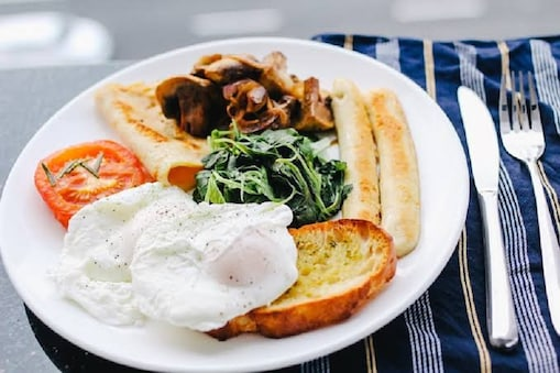 कई फूड्स को एक साथ मिलाकर खाने से पेट संबंधित समस्याएं जैसे ही गैस, दर्द और डायरिया हो सकता है.