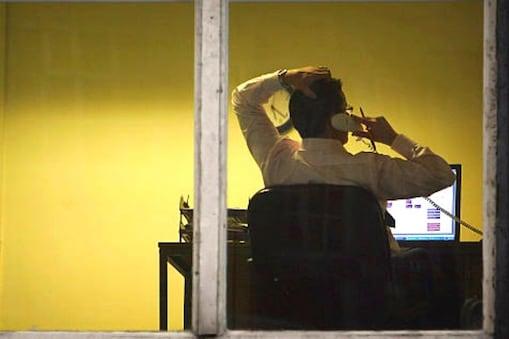 दफ्तरों में अनुपस्थित रहने वाले सरकारी कर्मचारियों और अधिकारियों के लिए हिदायत जारी की है.