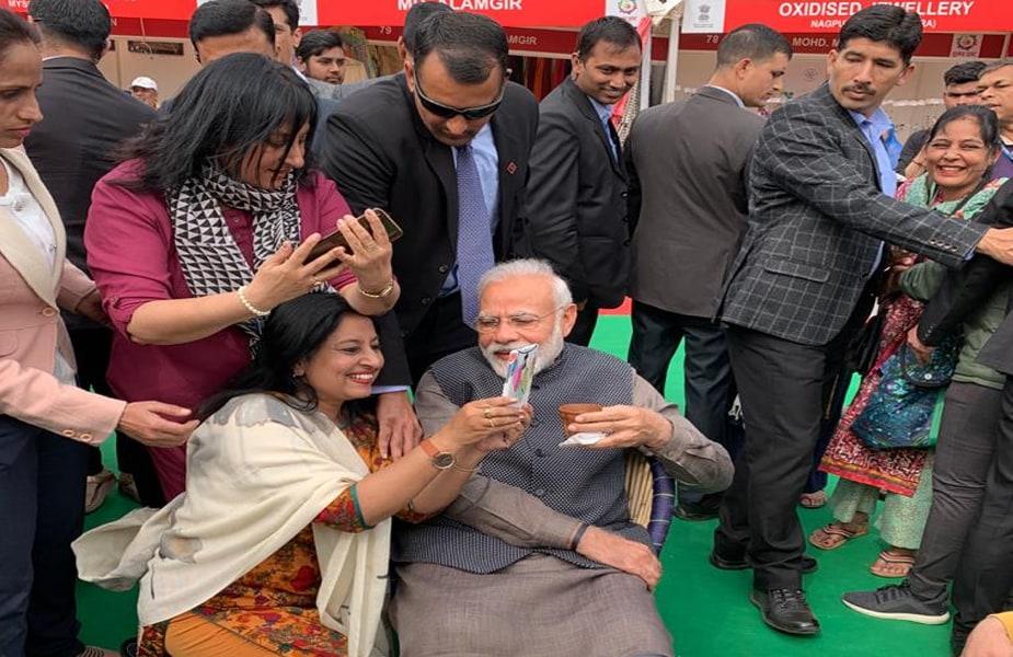 प्रधानमंत्री के वहां पहुंचने के साथ भारी भीड़ जमा हो गई. लोगों ने 'मोदी-मोदी' के नारे लगाए और कई ने तो उनके साथ सेल्फी भी खिंचवाई.