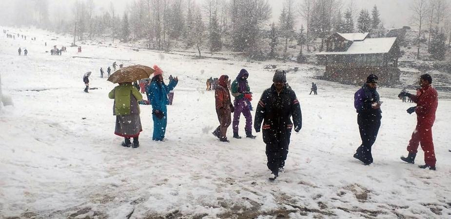 मनाली. मार्च का महीना शुरु हो गया है और मैदानी इलाकों में गर्मियों ने दस्तक दे दी है. वहीं, हिमाचल में अब भी ठंड का सितम जारी है. मनाली और शिमला के अलावा, ऊंचाई वाले इलाकों में लगातार समय-समय पर बर्फबारी हो रही है.